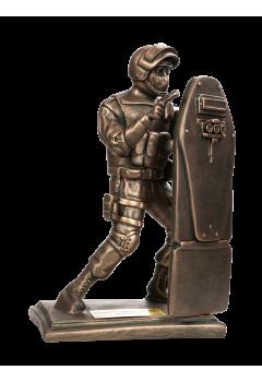 Боец спецназа с АКСУ со щитом