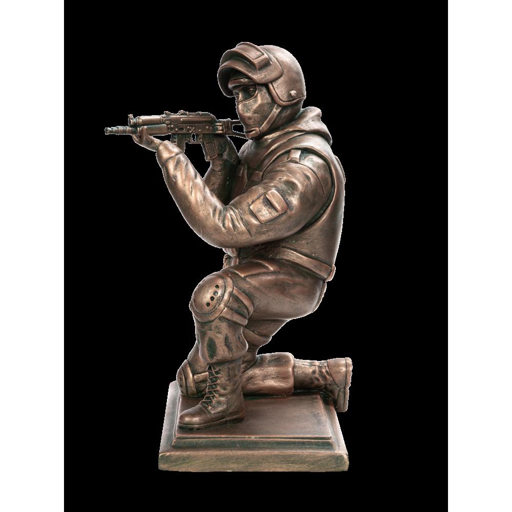 Боец спецназа с АКСУ на колене