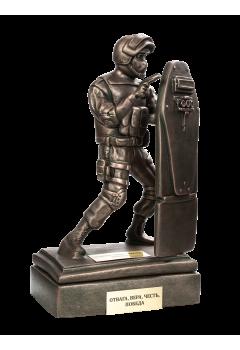 Боец спецназа с АКСУ со щитом на подставке