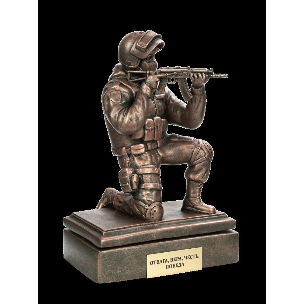Боец спецназа с АКСУ на колене  на подставке